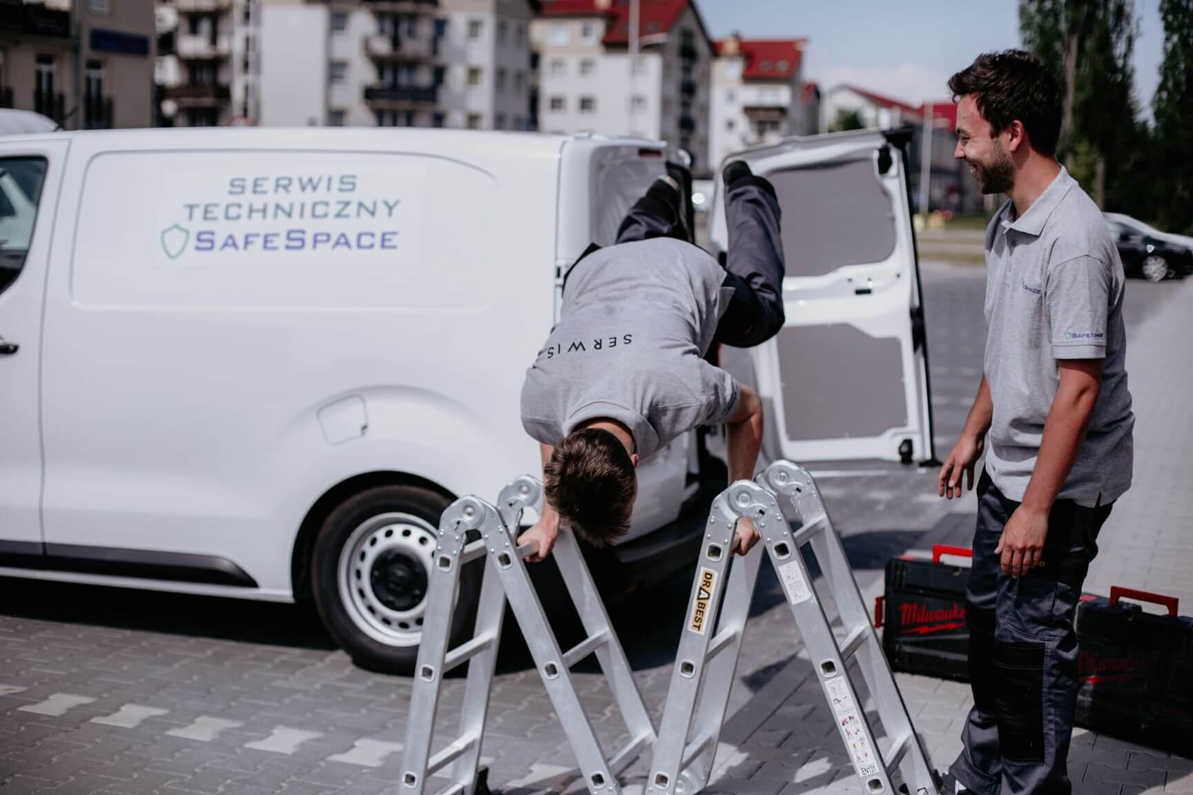 Pracownicy serwisu technicznego agencji SafeSpace